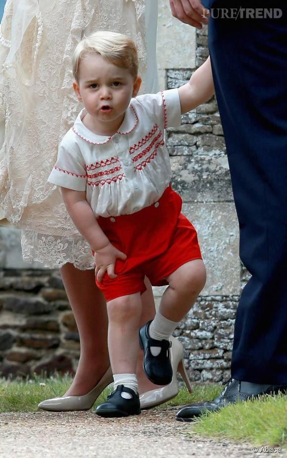 Le petit George a fait sensation en short rouge lors du baptême de sa soeur.