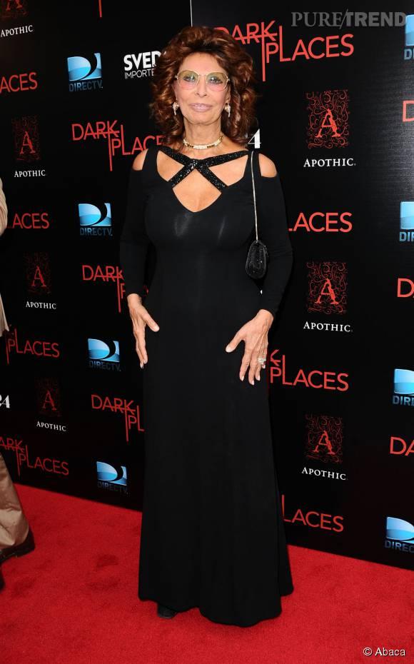 Sophia Loren ose le décolleté découpé pour une soirée sur les tapis rouges d'Hollywood.