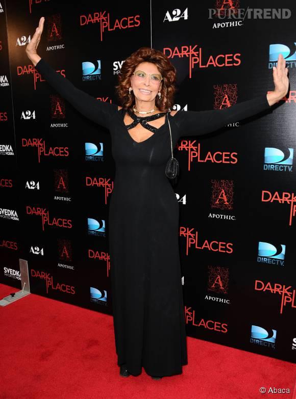 Sophia Loren fait la belle. A 80 ans, elle a une silhouette et une allure de jeunette. Ca doit jaser à la maison de retraite !