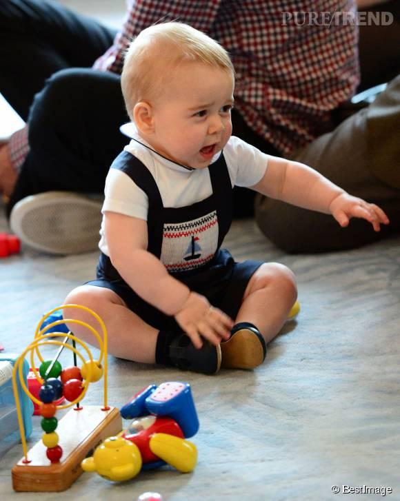 Prince George, un adorable petit garçon potelé qui aime jouer ! Cette photo date de sa visite à Wellington, Australie, en avril 2014.