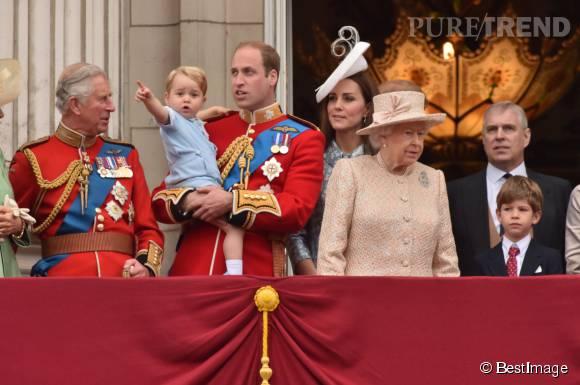 Parce qu'il est prince, George n'échappe pas aux traditionnels passages sur le balcon avec toute la famille. Arrière-grand-mère Elizabeth en première ligne !