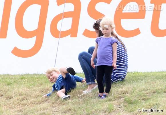 George adore jouer avec sa petite cousine Isla Phillips. Se rouler dans l'herbe, c'est son jeu favoris. La petite apprécie moins.