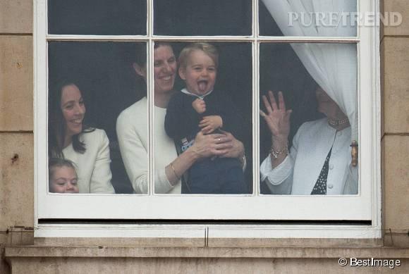 Lors des festivités organisées en l'honneur de l'anniversaire de la reine, George a regardé le défilé avec sa nounou. Ca lui a beaucoup plu.
