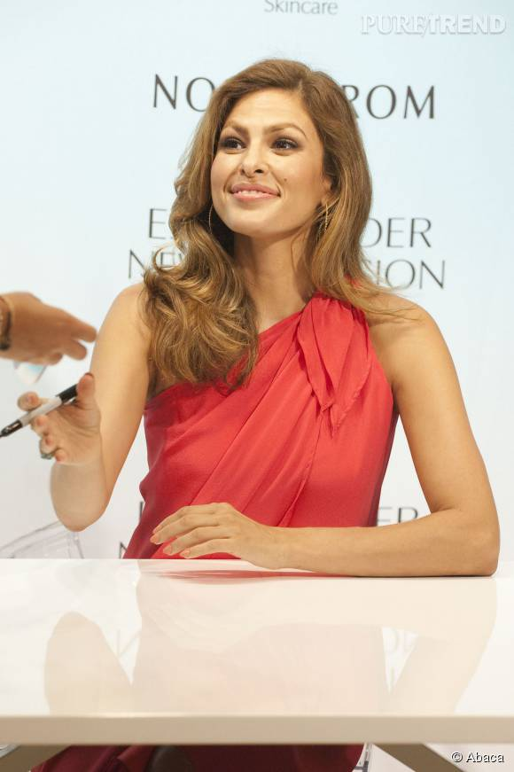 Eva Mendes est rayonnante en ambassadrice de charme pour Estée Lauder.
