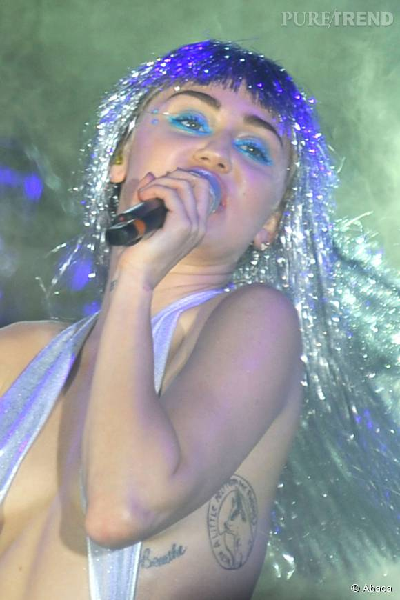 Miley Cyrus exhibe fierement ses tatouages.