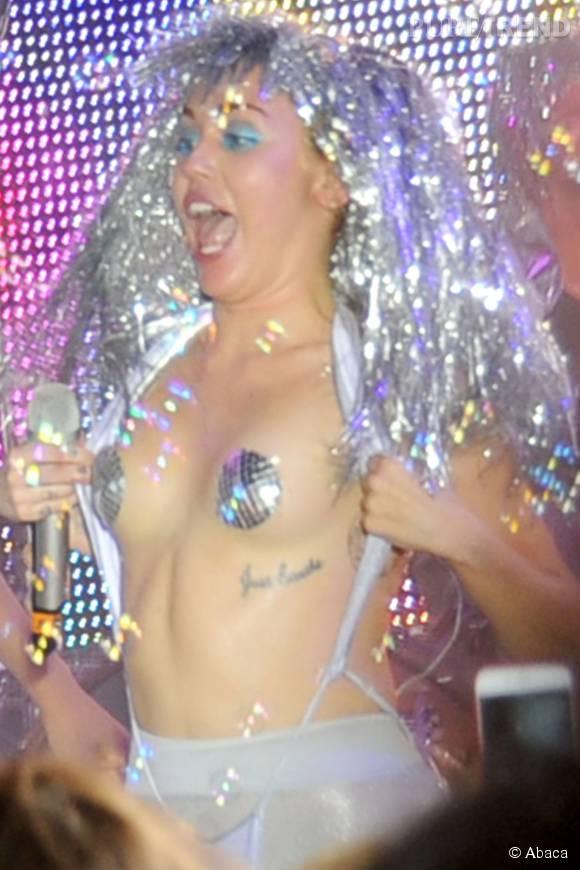 "Miley Cyrus exhibe son tatouage ""J ust breath ""."