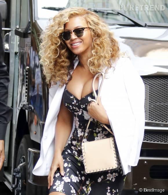 Beyoncé Knowles ose le décolleté surgonflé pour aller au bureau.