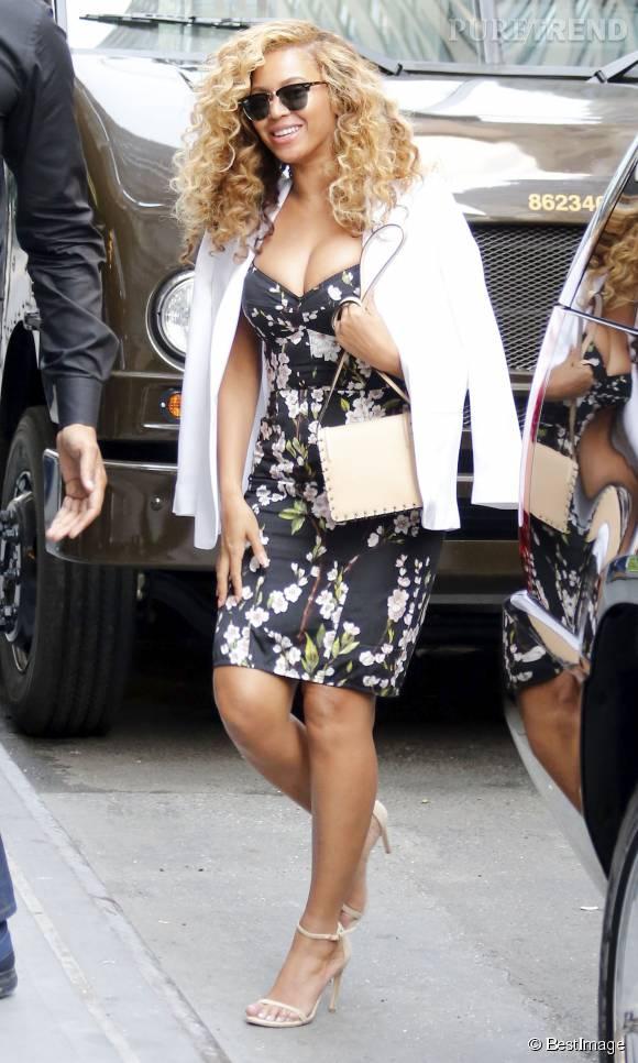 La chanteuse Beyoncé adore les tenues de pin-up. Elle porte parfaitement cette petite robe moulante et fleurie.