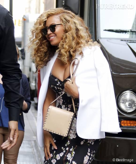 Beyoncé Knowles se prête avec le sourire au jeu des photographes.