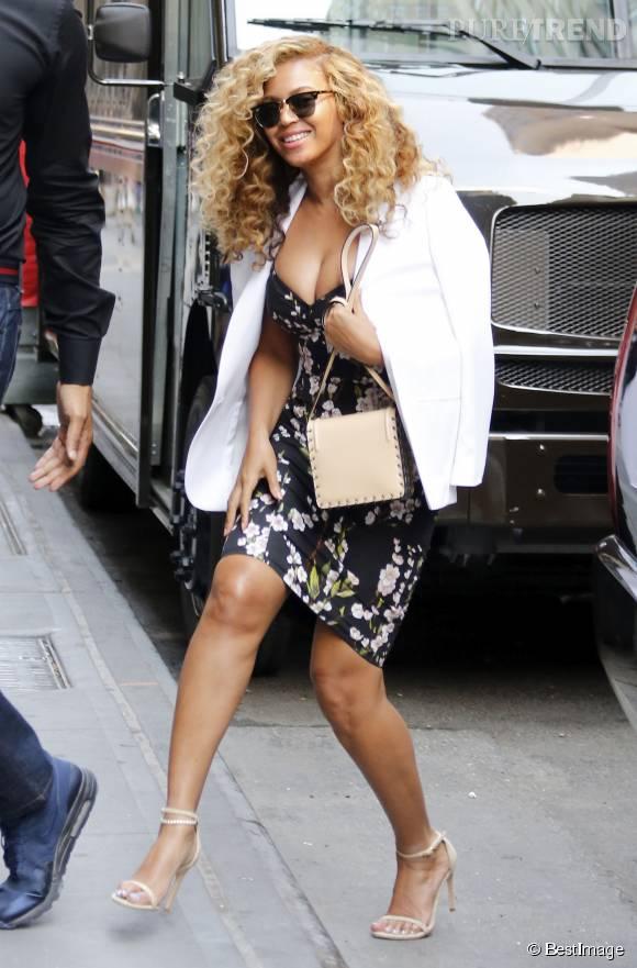 Beyoncé Knowles court vêtue et plus blonde que jamais. Une vraie pouée. Quelle beauté !