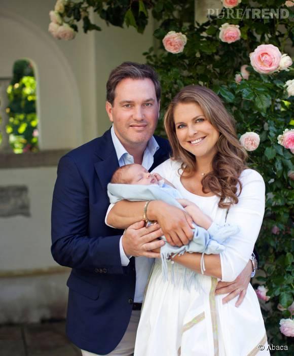 La princesse Madeleine prend la pose avec son fils le prince Nicolas et son époux Chris O'Neill au palais Solliden en Suède.