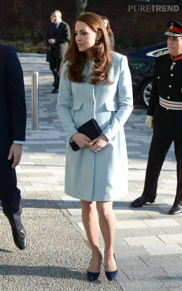 Kate Middleton portant un ravissant manteau bleu layette signée Séraphine. C'était pendant sa deuxième grossesse.