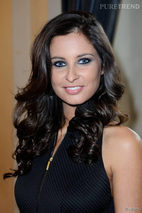 Malika Ménard fait la belle sur les réseaux sociaux. Sans maquillage elle a toujours un regard de braise.