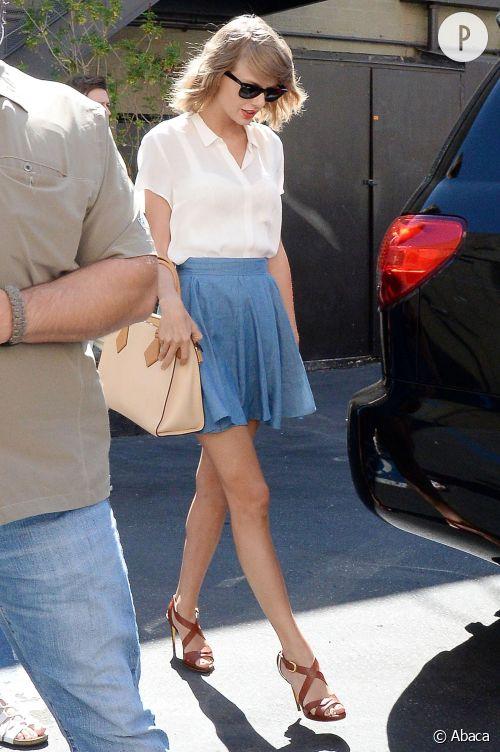 Taylor Swift, ravissante en petite jupe en jean.