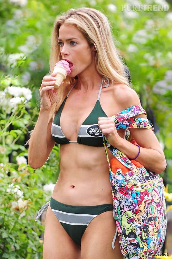 Denise Richards mange sa glace : elle gère les symboliques équivoques.