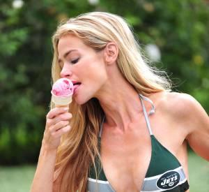 Denise Richards prend la pose en sex-symbol en bikini, accros à la crème glacée. Slurp !