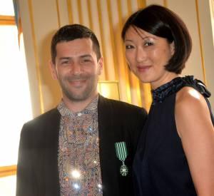 Fleur Pellerin et le créateur Alexis Mabille, lors de la cérémonie de la remise à ce dernier des insignes de Chevalier de l'ordre des Arts et des Lettres, en juin 2015.