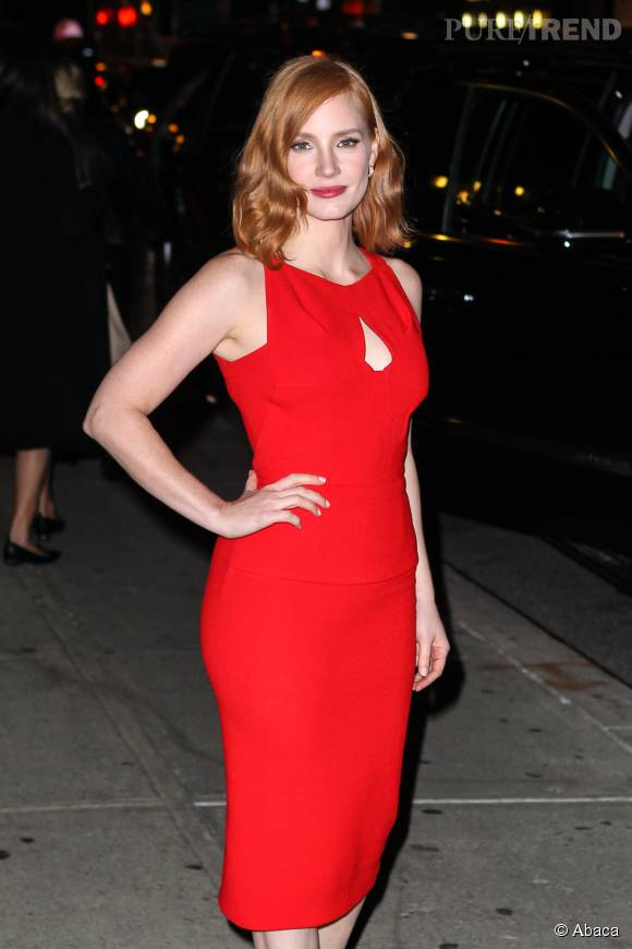 Jessica Chastain porte une robe Roland Mouret et des escarpins Louboutin.