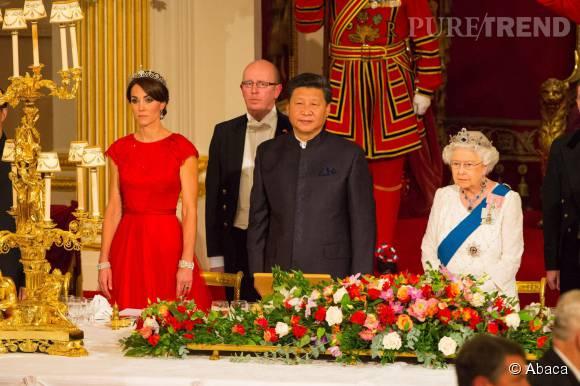 La duchesse de Cambridge portait une robe rouge vif signée Jenny Packham.