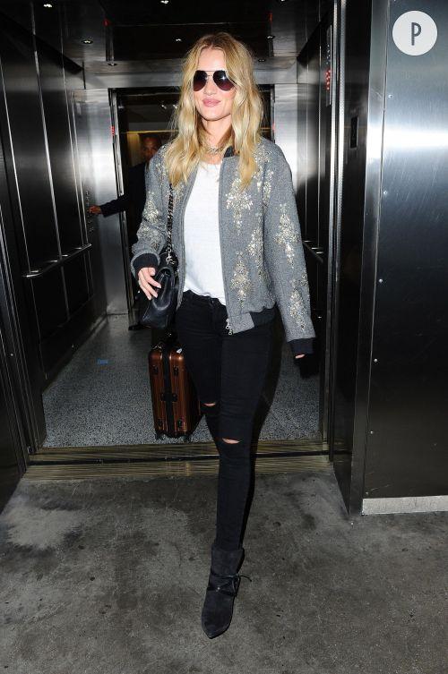 Rosie Huntington-Whiteley dans un look sportswear chic à l'aéroport de Los Angeles.