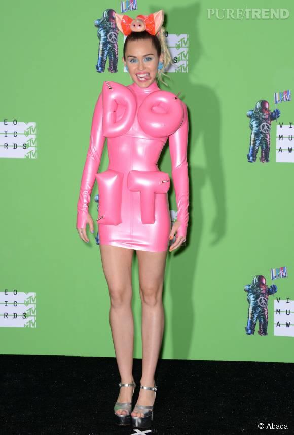 """Miley Cyrus dans une robe rose en plastique """"Do it""""."""