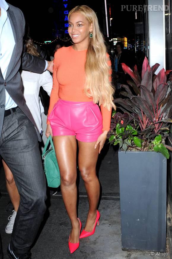 Beyoncé incroyablement sexy dans cette tenue colorée.