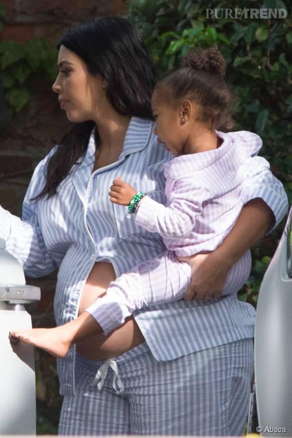 Kim Kardashian, en pyjama et ventre à l'air.