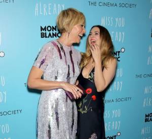 """Drew Barrymore rayonne aux côtés de Toni Collette avec qui elle partage l'affiche pour le film """"Miss You Already""""."""