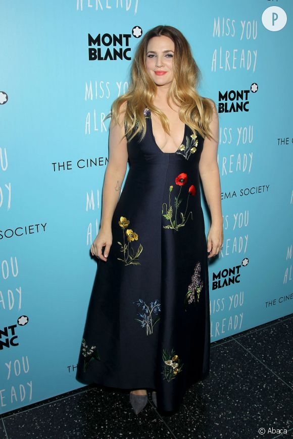 """Drew Barrymore dégaine le décolleté très plongeant pour la première de """"Miss You Already"""" à New York."""