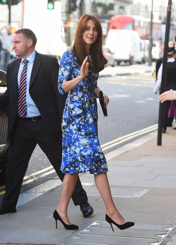 Kate Middleton, lundi à Londres dans une robe à imprimés signée Tabitha Webb.