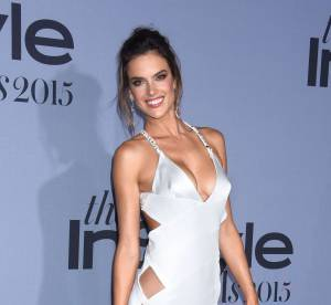 Alessandra Ambrosio : nue sous sa robe ajourée aux InStyle Awards
