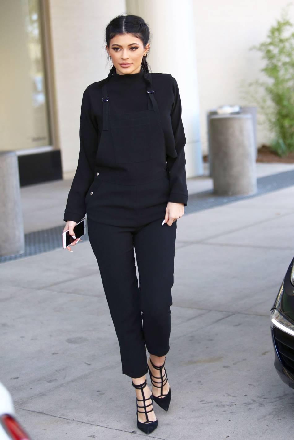 Kylie Jenner opte parfois pour le look total look noir.
