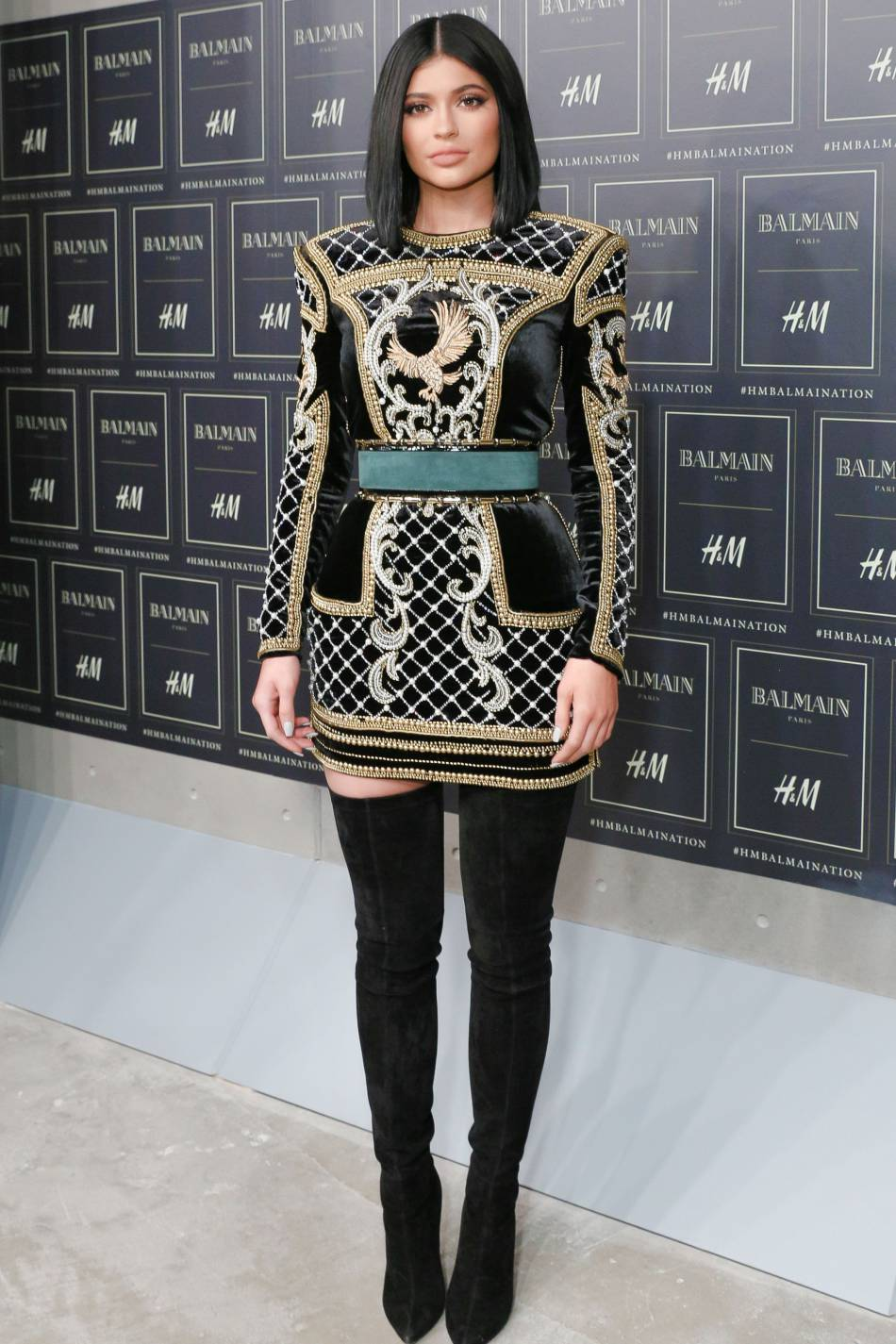 kylie jenner v tue d 39 une robe balmain pour la soir e balmain x h m. Black Bedroom Furniture Sets. Home Design Ideas