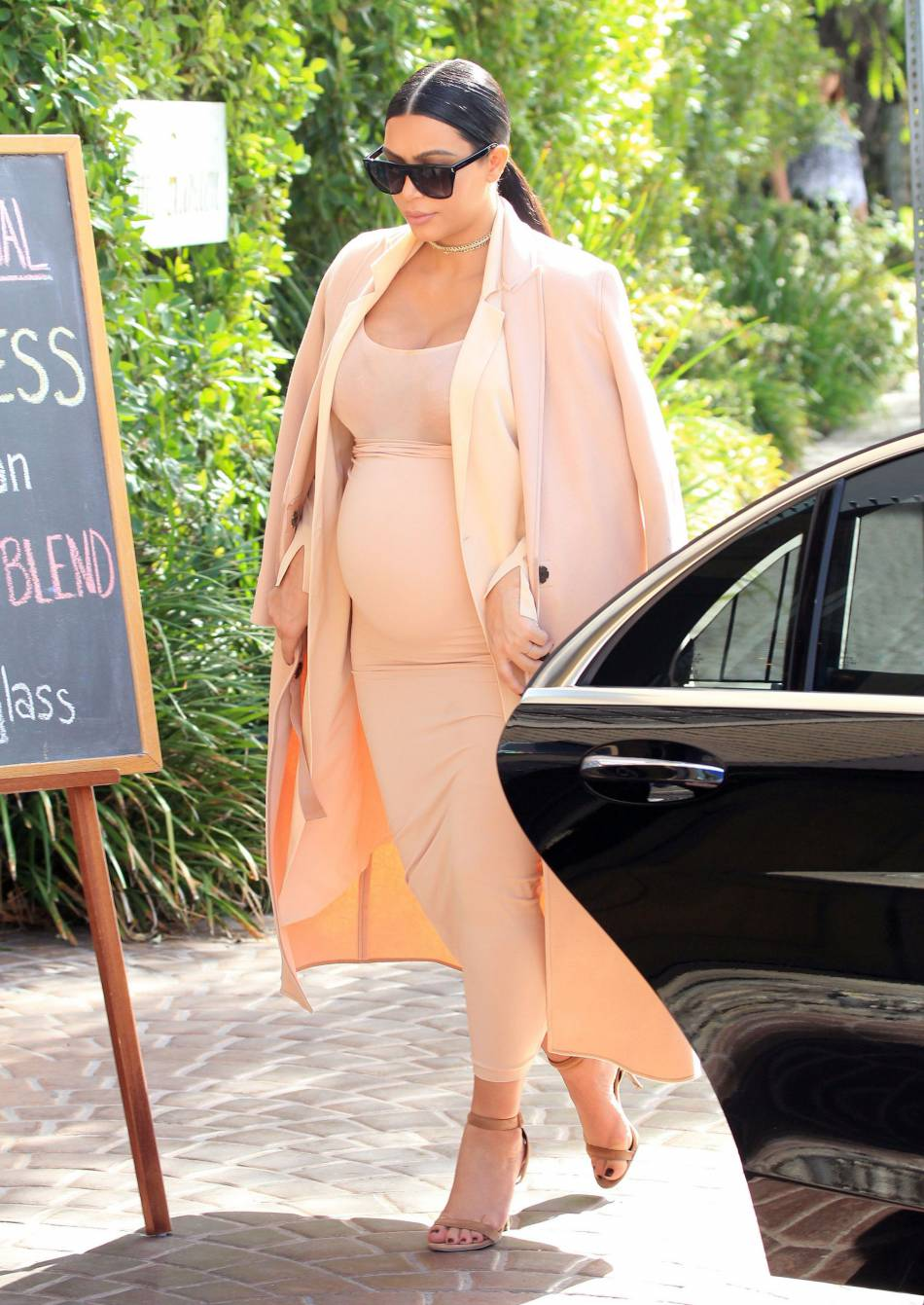 Kim kardashian enceinte robe beige