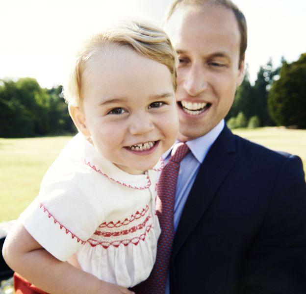 Une nouvelle photo du prince George fait le buzz sur le Web.