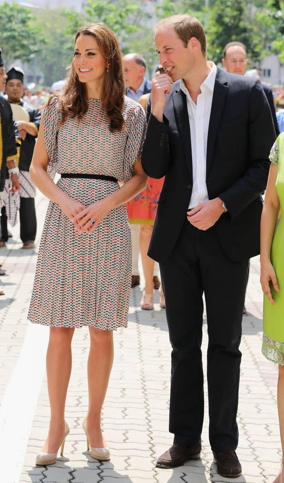 Transparence légère au niveau du décolleté mais assez pour glamouriser sa tenue. Kate Middleton rayonne.