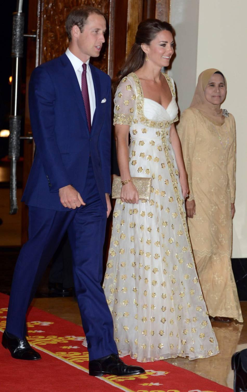 Pour un dîner avec le roi de Malaisie, Kate Middleton fait fort : une robe Alexander McQueen à manches transparentes.