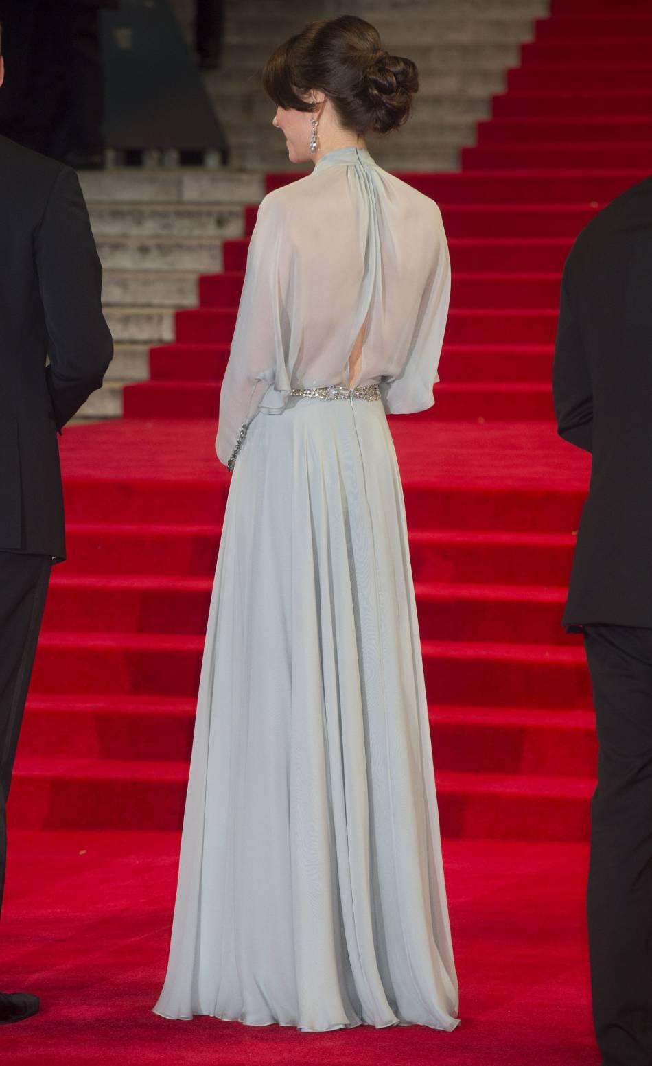 Kate Middleton met tout le monde d'accord avec un dos nu très sensuel... et sans soutien-gorge.