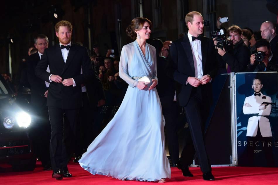 """Kate Middleton a osé une robe semi-transparente Jenny Packham pour la première londonienne de """"Spectre"""", le dernier James Bond."""