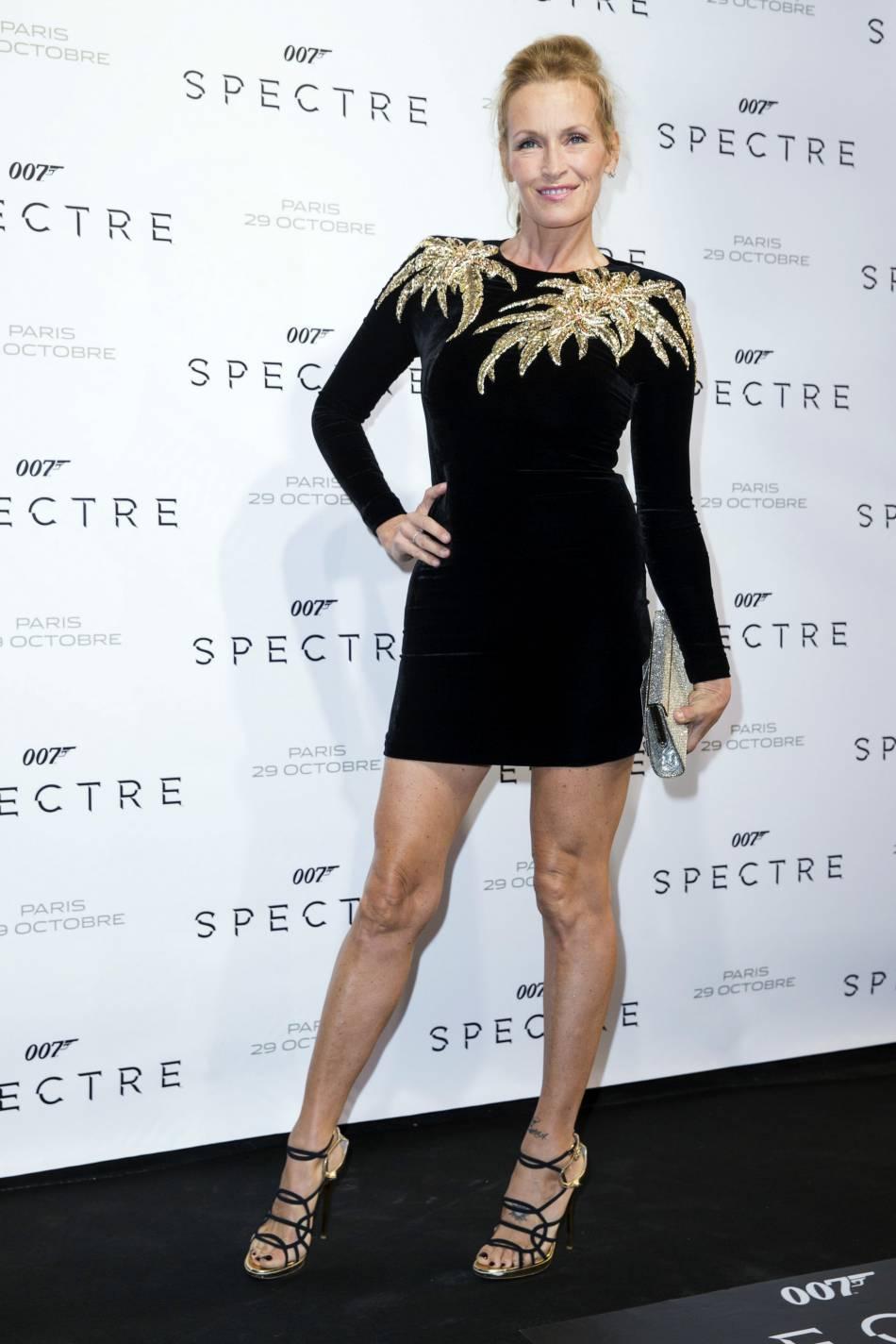 """Estelle Lefébure canon dans sa petite robe noire à la première de """"Spectre"""" à Paris le 29 octobre 2015."""