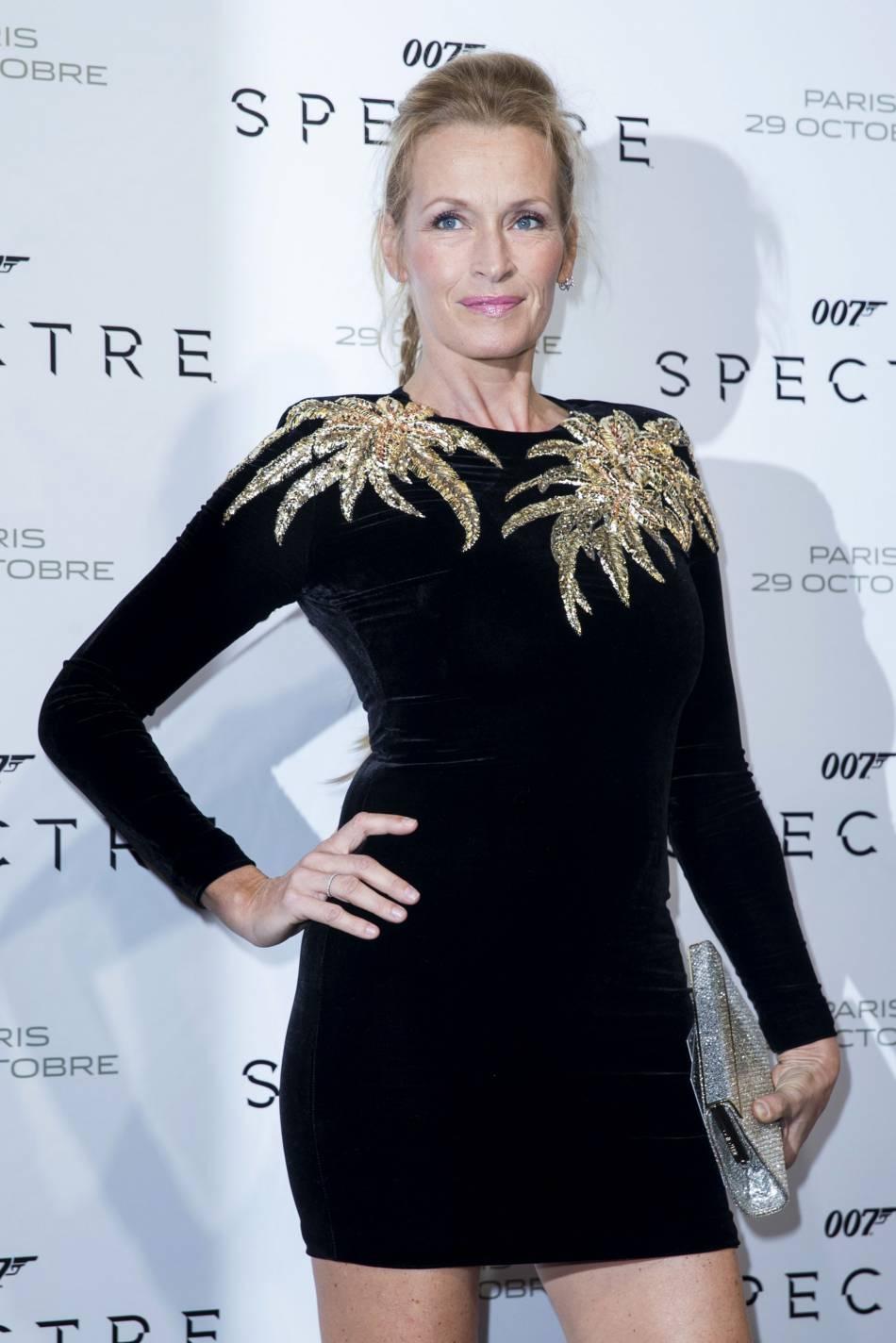"""Estelle Lefébure sur son 31 à la première de """"Spectre"""" à Paris le 29 octobre 2015."""