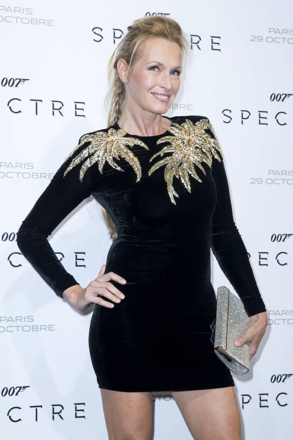 Estelle Lefébure, mini robe et maxi effet à Paris le 29 octobre 2015.