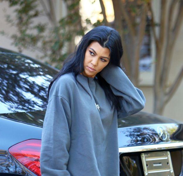 Kourtney Kardashian se ballade sans pantalon dans la rue, samedi 31 octobre 2015...