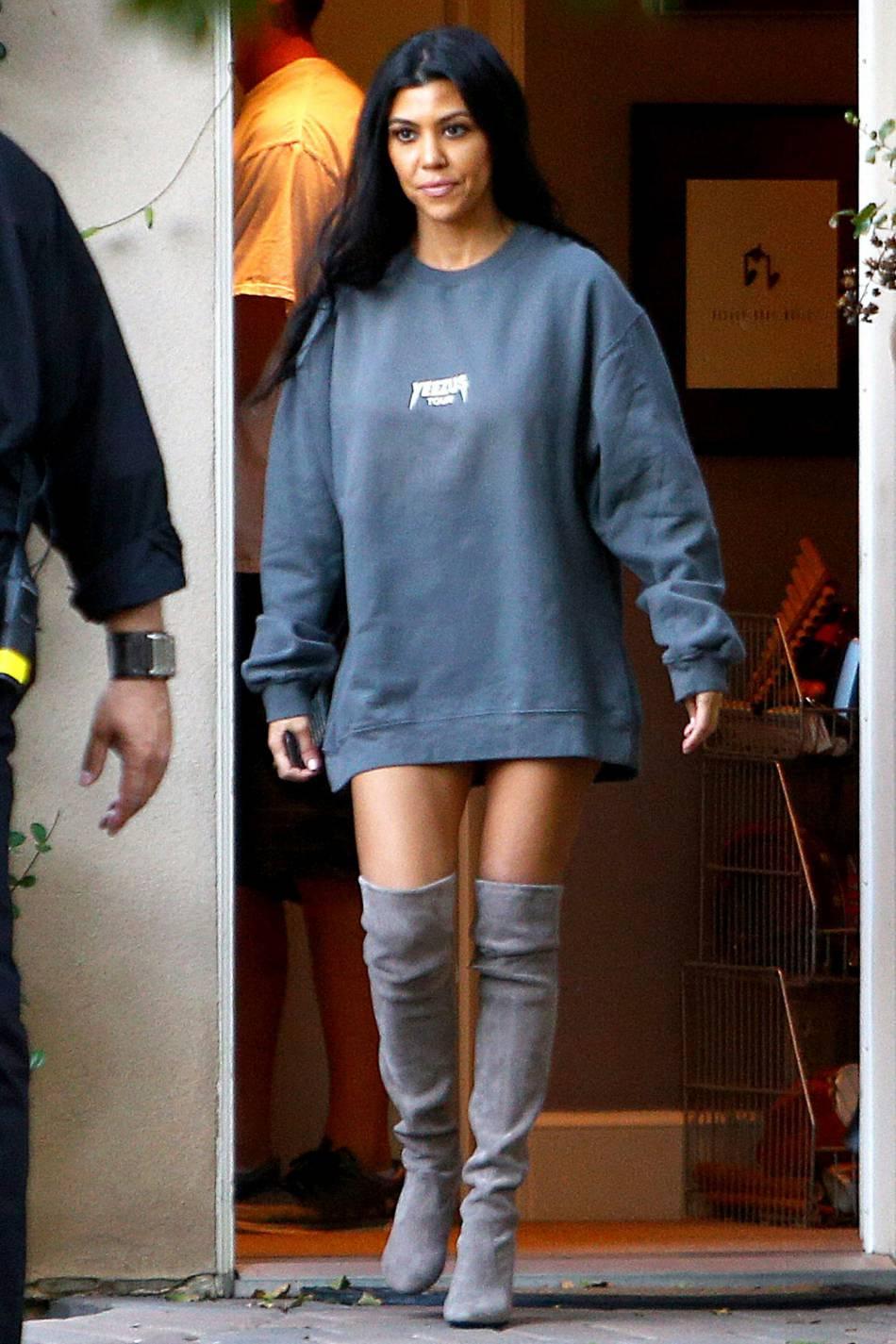 Bien décidée à faire enrager Scott, Kourtney Kardashian oublie le bas, samedi 31 octobre 2015.