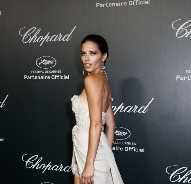 Sublime dans sa robe longue, Adriana Lima dévoile ses jambes longues.