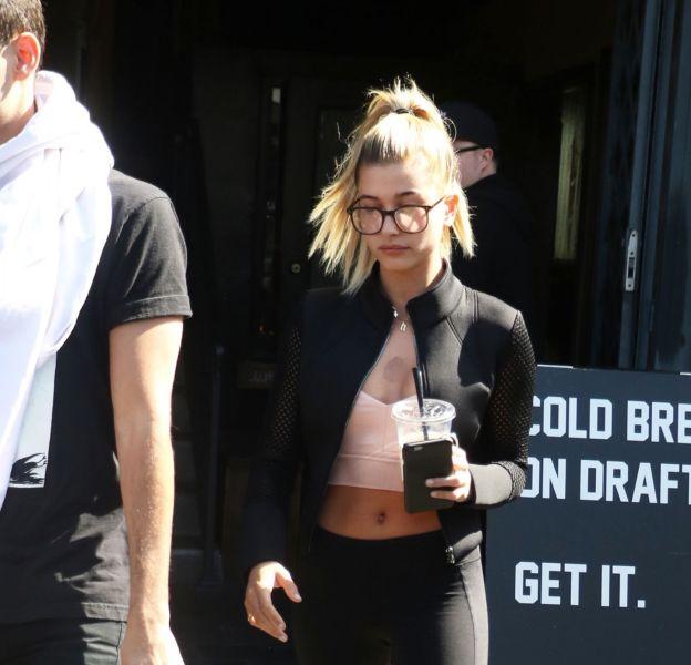Hailey Baldwin apparaît sexy et moulée pour aller s'acheter un café à Los Angeles.