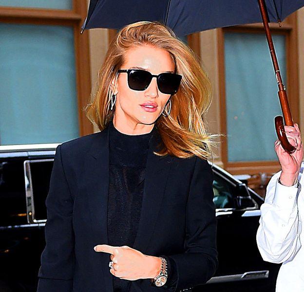 Rosie Huntington-Whiteley fait des merveilles dans un total look noir à New York.