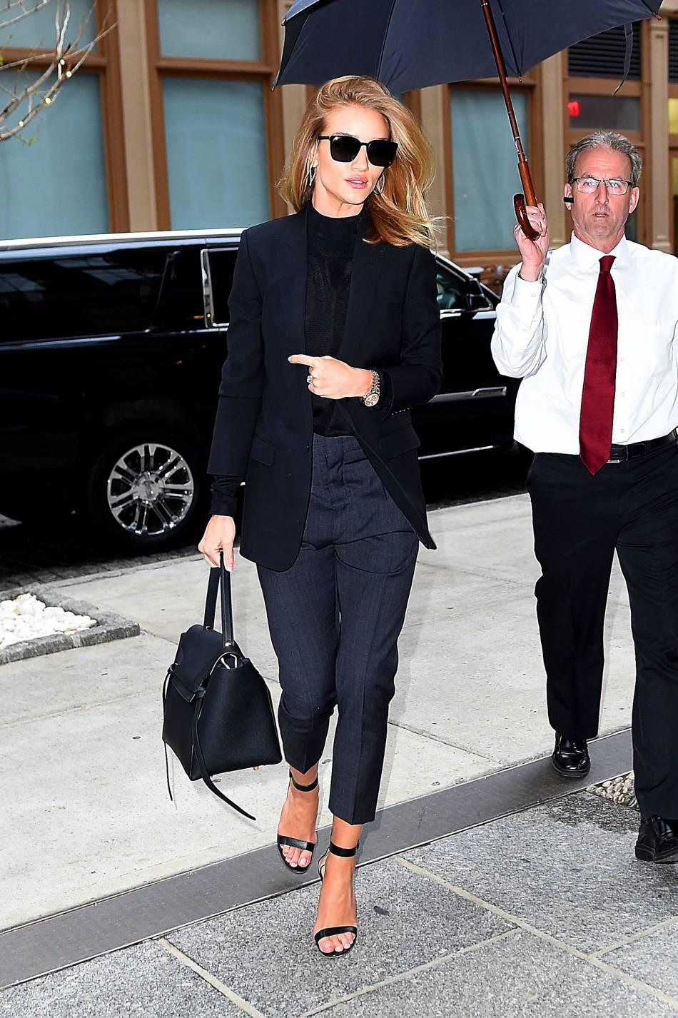 Rosie Huntington-Whiteley mixe sensualité et élégance dans un total look noir.