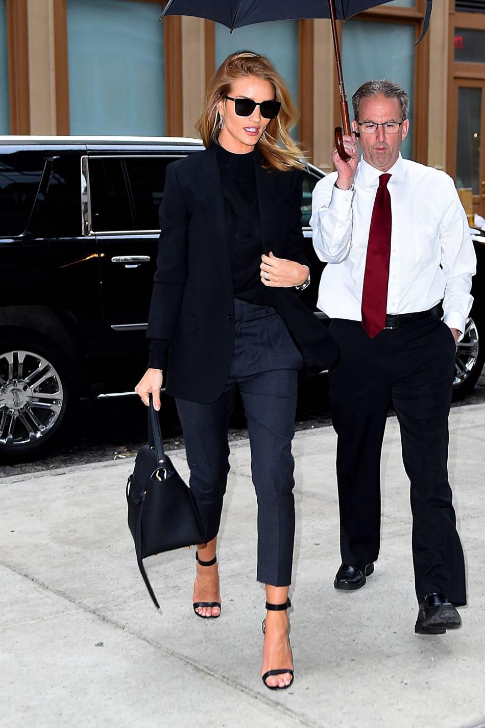 Rosie Huntington-Whiteley mise sur un pantalon 7/8e, une coupe très en vogue.
