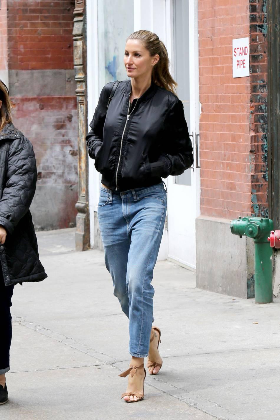 Gisele Bündchen se rend au Taschen Store après une interview.